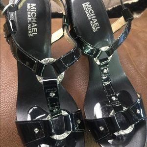 Strappy heels. Pattend leather